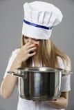 cocinero de sexo femenino que se sostiene la nariz para bloquear el olor imágenes de archivo libres de regalías