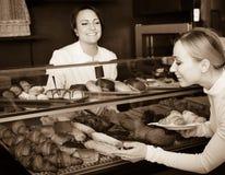 Cocinero de sexo femenino que sirve un postre al cliente en el café Fotos de archivo