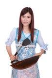 Cocinero de sexo femenino que sostiene el sartén aislado en blanco Imagen de archivo