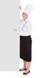 Cocinero de sexo femenino Showing Blank Placard fotos de archivo libres de regalías