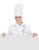 Cocinero de sexo femenino Showing Blank Placard fotografía de archivo libre de regalías