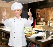 Cocinero de sexo femenino sonriente que muestra los pulgares para arriba Fotografía de archivo