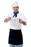 Cocinero de sexo masculino confiado sonriente de los jóvenes imagenes de archivo