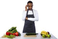 Cocinero de sexo masculino desorientado en un fondo blanco fotografía de archivo