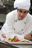 Cocinero de sexo masculino en el restaurante Imagen de archivo libre de regalías