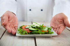 Cocinero de sexo masculino en restaurante Foto de archivo libre de regalías