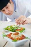 Cocinero de sexo masculino en restaurante Imagen de archivo libre de regalías