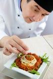 Cocinero de sexo masculino en restaurante fotos de archivo