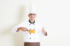 Cocinero de sexo masculino indio en cocinar y pulgar del uniforme para arriba Imagen de archivo libre de regalías