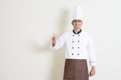 Cocinero de sexo masculino indio hermoso en pulgar uniforme para arriba Fotografía de archivo