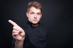 Cocinero de sexo masculino joven que rechaza cocinar algo Foto de archivo