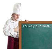 Cocinero de sexo masculino que lleva a cabo una tarjeta de aviso Fotografía de archivo libre de regalías