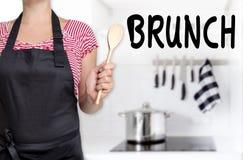 Cocinero del brunch que lleva a cabo el fondo de madera de la cuchara Imagen de archivo libre de regalías