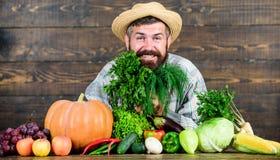 cocinero del hombre con la cosecha rica del otoño granjero maduro barbudo comida estacional de la vitamina Fruta y verdura útil O imagen de archivo libre de regalías