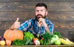cocinero del hombre con la cosecha rica del oto?o comida estacional de la vitamina Fruta y verdura ?til Festival de la cosecha en foto de archivo libre de regalías