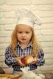 Cocinero del muchacho en sombrero del cocinero en cocina Imagen de archivo
