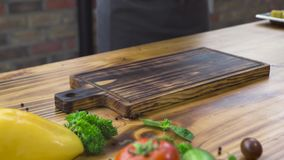 Cocinero del cocinero que pone en el filete de madera de la carne de la barbacoa de la tabla Filete asado a la parrilla con en el almacen de metraje de vídeo