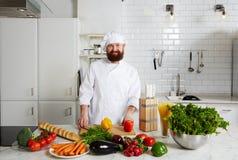 Cocinero del restaurante listo para guisar sus comidas gastrónomas foto de archivo