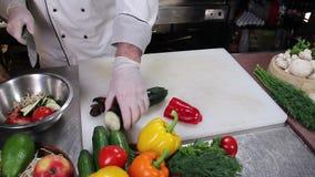 Cocinero del restaurante que corta verduras frescas con un cuchillo afilado almacen de metraje de vídeo