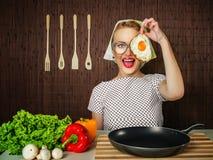 Cocinero divertido de la mujer Imágenes de archivo libres de regalías