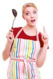 Cocinero divertido del ama de casa o del cocinero en delantal colorido de la cocina con la cucharón fotografía de archivo