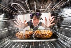 Cocinero divertido perplejo y enojado ¡El perdedor es destino! Foto de archivo