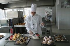 Cocinero en cocina Imagen de archivo