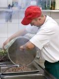 Cocinero en cocina comercial Imágenes de archivo libres de regalías