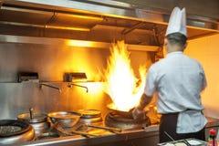 Cocinero en cocina del restaurante Fotos de archivo libres de regalías