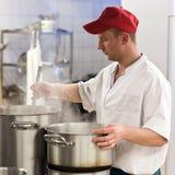 Cocinero en cocina industrial Fotos de archivo libres de regalías