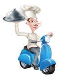 Cocinero en el ciclomotor de la vespa que entrega la comida Imágenes de archivo libres de regalías