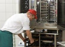 Cocinero en la estufa comercial imagen de archivo