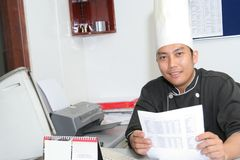 Cocinero en oficina fotografía de archivo libre de regalías