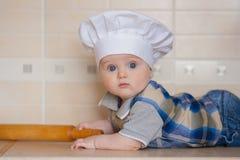 cocinero en un chef& blanco x27; casquillo de s Retrato fotografía de archivo libre de regalías
