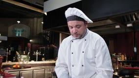 Cocinero encantador que hace el postre en la cocina, anfitrión culinario de la demostración almacen de video