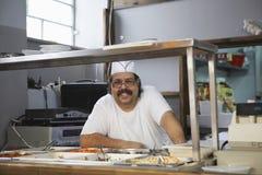 Cocinero feliz In Commercial Kitchen Foto de archivo libre de regalías