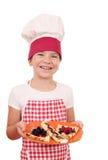 Cocinero feliz de la niña con crespones Fotos de archivo libres de regalías