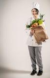 Cocinero feliz Holding Paper Bag con las verduras frescas Fotos de archivo