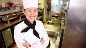Cocinero feliz que sonríe en la cámara almacen de video