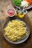 Cocinero Fresh Pasta verduras y Olive Oil tajadas En de madera Imágenes de archivo libres de regalías