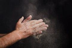 Cocinero Hand con la harina en negro Fotografía de archivo libre de regalías
