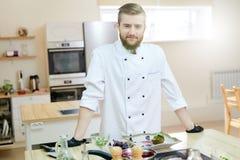 Cocinero hermoso Posing en cocina foto de archivo