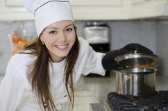 Cocinero hermoso que hace una sopa Fotos de archivo