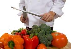 Cocinero - hombre que afila el cuchillo Imagen de archivo libre de regalías