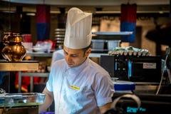 Cocinero indio In Food Court Foto de archivo libre de regalías