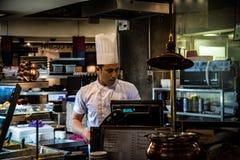 Cocinero indio In Food Court Fotos de archivo libres de regalías