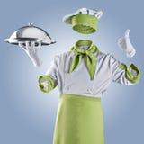 Cocinero invisible con la campana de cristal del restaurante o bandeja en un backgrou azul foto de archivo libre de regalías