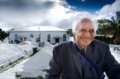 Cocinero Islander Man fuera de la iglesia de Arorangi CICC Foto de archivo