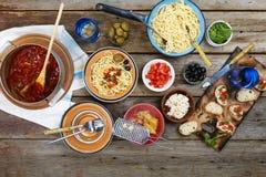 Cocinero italiano, espagueti, pastas, tabla de cena, vegetariano, vino, imágenes de archivo libres de regalías