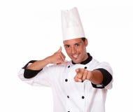 Cocinero joven con señalar del gesto de la llamada Fotos de archivo libres de regalías